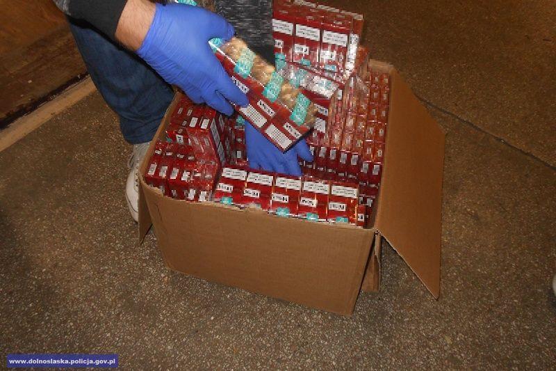 Dolnośląscy policjanci zabezpieczyli 2,3 tys. porcji marihuany, nielegalny tytoń ipapierosy