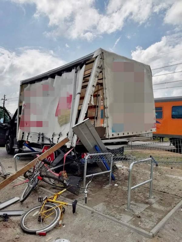 Pociąg uderzył wbusa