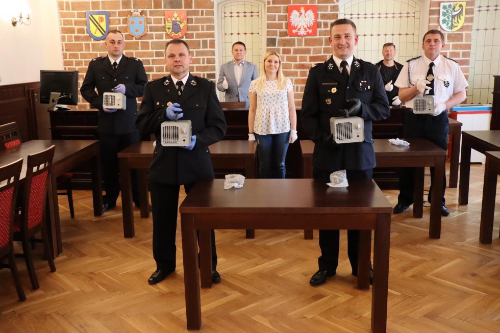 Burmistrz przekazał ozonatory druhom OSP