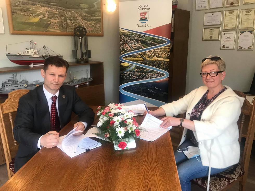 Podpisano umowę na budowę świetlicy wiejskiej wRusku. WMazurowicach ruszyły już prace