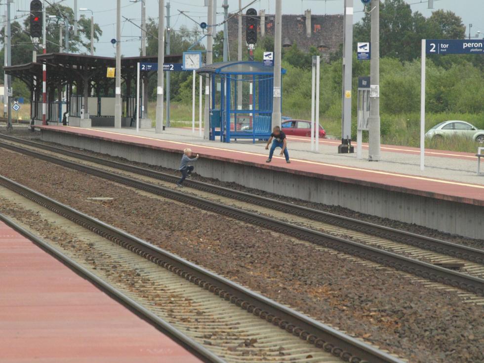 Dzieci imłodzież na kolejowym szlaku