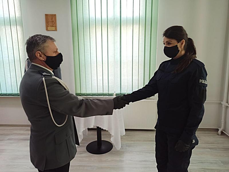 Ślubowanie nowej policjantki wKomendzie Powiatowej Policji wŚrodzie Śląskiej