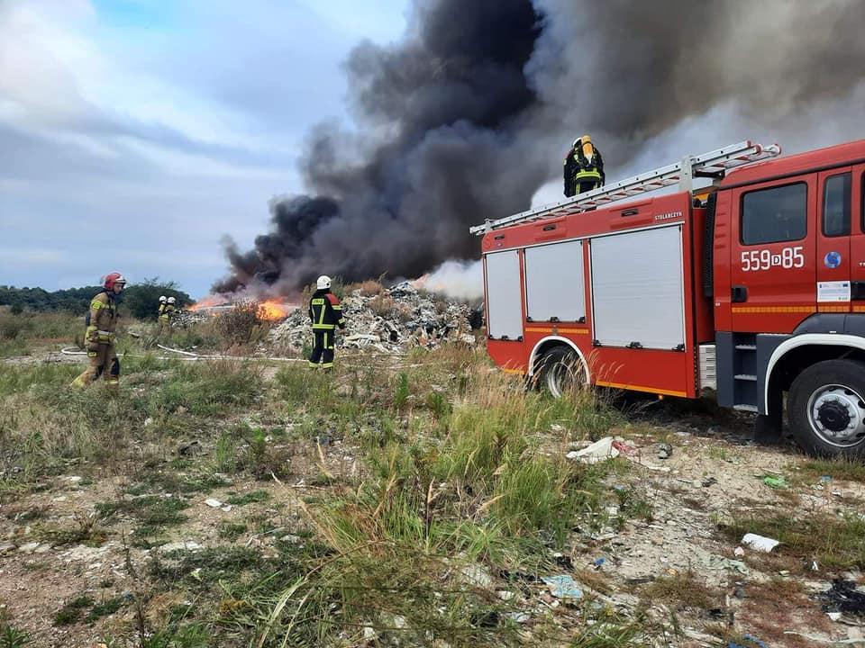 Pożar śmieci na nielegalnym składowisku