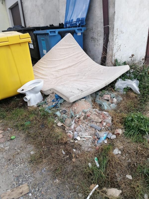 Stosy gabarytów wyrzucanych po terminie szpecą miasto